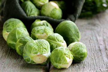 Photo sur Plexiglas Bruxelles fresh raw organic green brussel sprouts