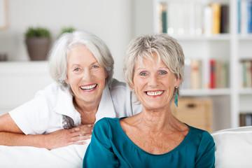 portrait von zwei glücklichen seniorinnen