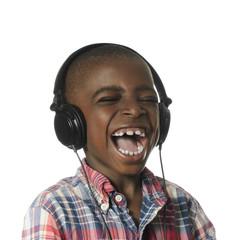Afrikanischer Junge mit Kopfhrer hoert Musik