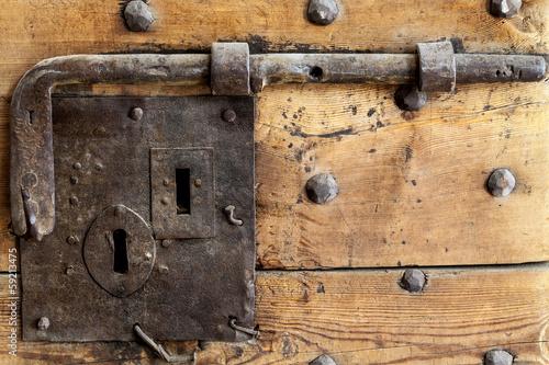 Antico catenaccio in ferro battuto immagini e fotografie - Catenacci per porte blindate ...