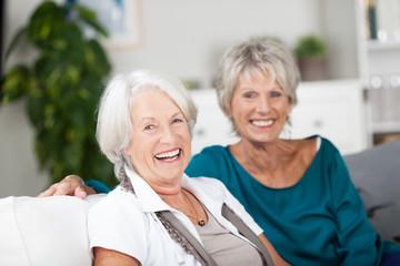 zwei glückliche seniorinnen zu hause