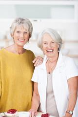zwei seniorinnen stehen in der küche