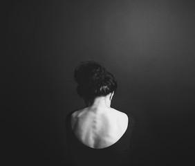 Спина молодой женщины