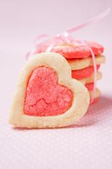 Zweifarbige Kekse in Herzform