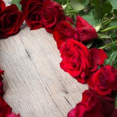 Rote Rosen auf Holz