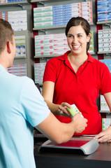 apothekerin verkauft ein medikament