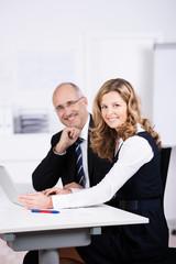 zwei kollegen arbeiten am laptop