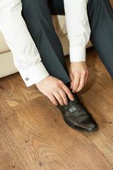 Obraz Ubieranie butów - fototapety do salonu