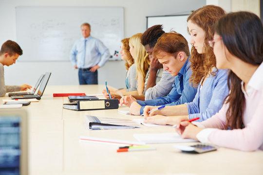 Studenten lernen in Universität