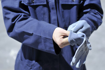 worker wearing preotection gloves