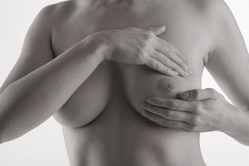 Fototapeta Junge Frau beim abtasten ihrer Brust obraz