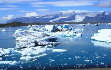 laguna glaciale islandese con iceberg azzurri