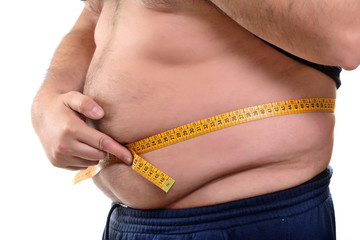 Uomo in sovrappeso che si misura