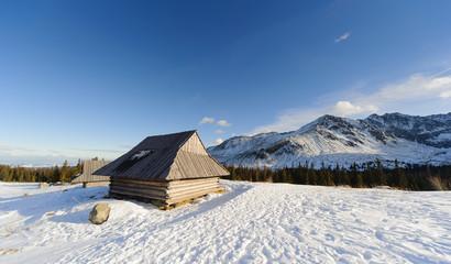 Fototapete - Shelter in Polish High Tatra mountains