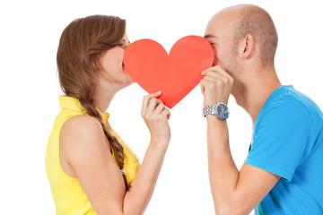 junges glückliches verliebtes paar mit rotem herz liebe isolier