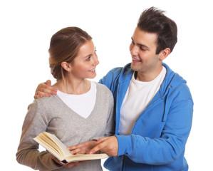 Zwei lachende Studenten mit Buch