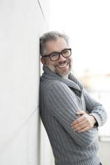 50-jähriger Mann mit Brille schaut freundlich lachend