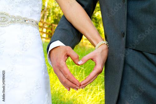 Держит на руках своего жениха 367