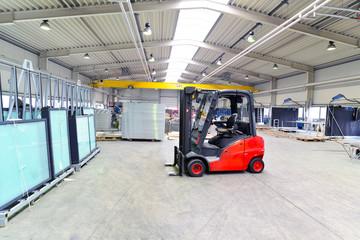 Gabelstapler in moderner Industriehalle