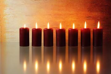 Kerzen vor farbigem Hintergrund