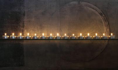 Kerzenlicht vor abstraktem Gemälde