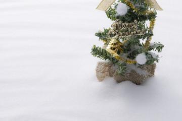 雪の背景にクリスマスツリー