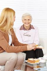 Frau und Seniorin essen Frühstück