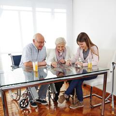 Wall Mural - Familie mit Senioren löst Puzzle