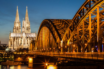 Fototapete - Hohenzollern Bridge and Cologne Cathedral at dusk