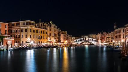 Fototapete - Grand Canal and Rialto bridge by night in Venice