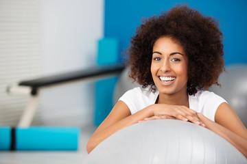 lachende junge frau im fitness-center