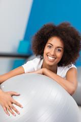 lachende frau lehnt auf gymnastikball