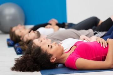 gruppe entspannt im fitnessstudio
