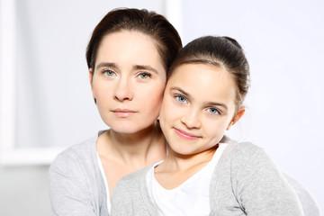 Fototapeta Piękna młoda dziewczynka z mamą obraz