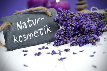 Lavendel mit Schiefertafel und Naturkosmetik