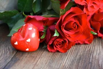 rote Rosen und Steinherz