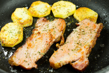 Bacon and potatoes in the pan.