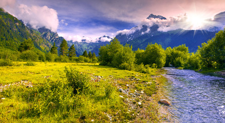 Fantastisch landschap met een blauwe rivier in de bergen