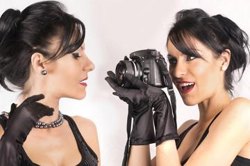 doppio ritratto belle ragazze con macchina fotografica