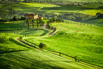 Sunset over farmhouse in Tuscany located on a hill - fototapety na wymiar