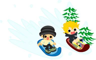 雪の上でそりに乗って楽しむ幼い男の子達。