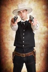Cowboy ziehlt mit 2 Revolvern