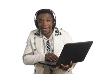 Afrikanischer DJ mit Notebook und Kopfhörern