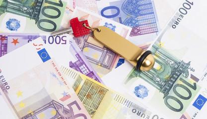 Euroscheine und Schlüssel