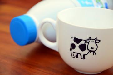 Bouteille de lait et bol blanc