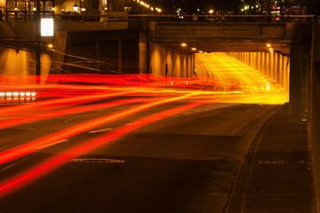 Straßentunnel bei Nacht