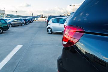 Autos auf einem Parkdeck