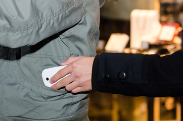 Dieb stiehlt smartphone aus jackentasche