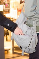 dieb stiehlt aus handtasche