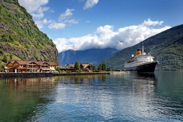 Hafen von Flåm am Aurlandsfjord mit Schiff